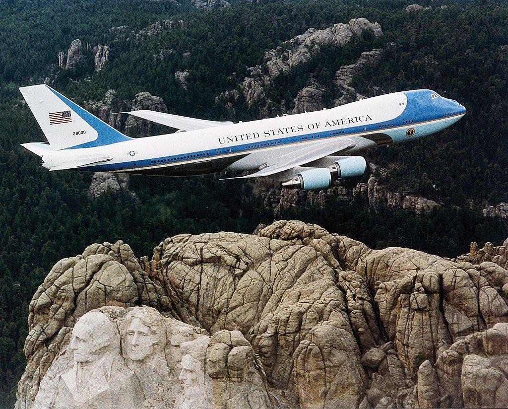 Nos EUA, tanto o presidente quanto o vice tem seu avião oficial.   Joe Biden terá o Air Force One (Força Aérea Um) e Kamala Harris terá o Air Force Two (Força Aérea 2).   Foto da esquerda é o One / Foto da direita é o Two