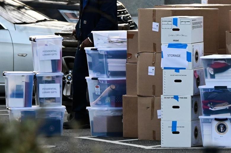 """A mudança segue firme na Casa Branca.   2 embalagens dizem: """"presentes para a biblioteca presidencial"""".   Nos EUA, ex-presidentes, por meio de doações privadas, constroem centros de estudos e pesquisas públicos que levam seus nomes e que conservam seu acervo."""