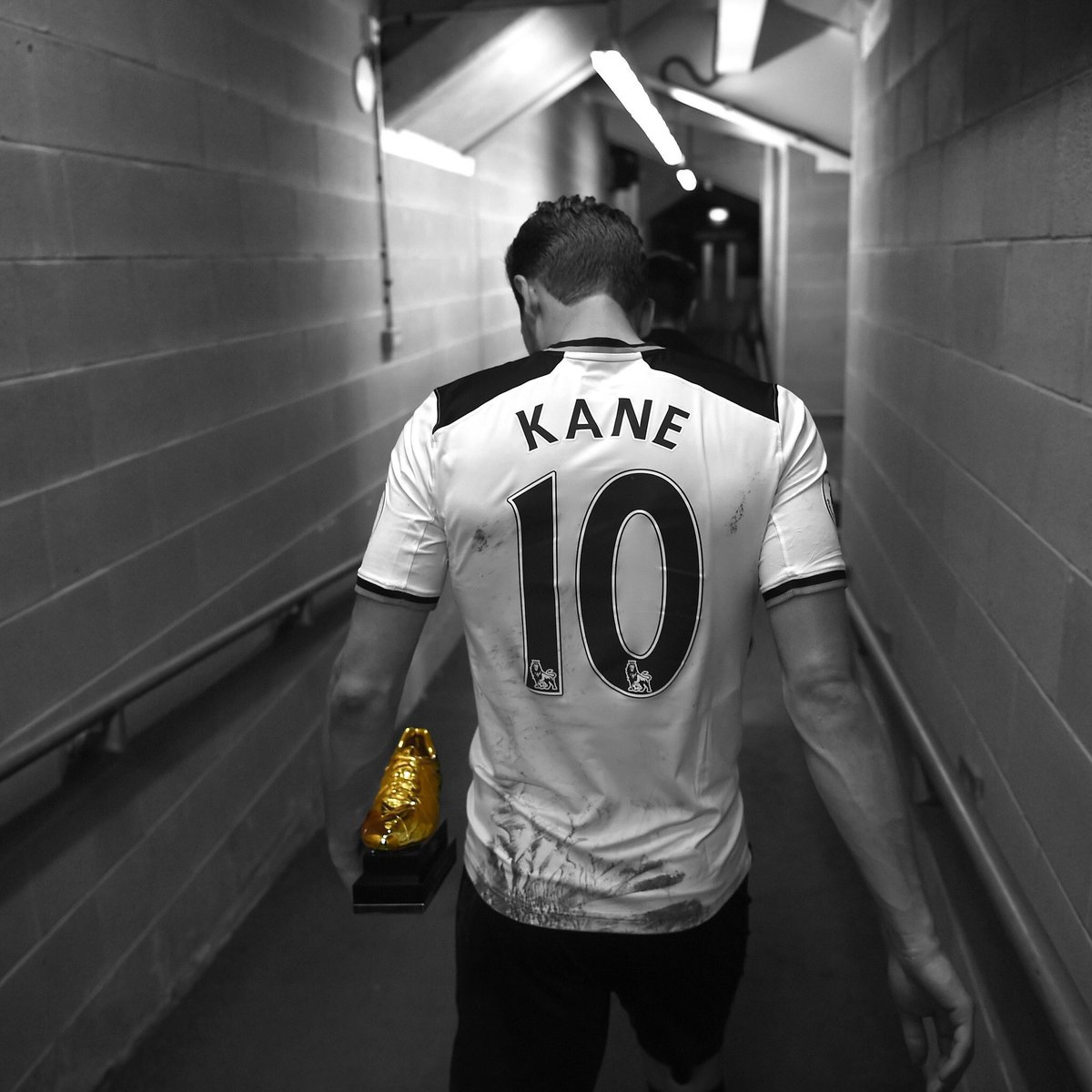 #Spooort1 🎙; @HKane his artistic value needs to be crowned championships, Mourinho's tactic will not achieve this, #RealMadrid is ready for that, the trust between Pochettino and Kane is strong so he may go to Paris #TOTFUL