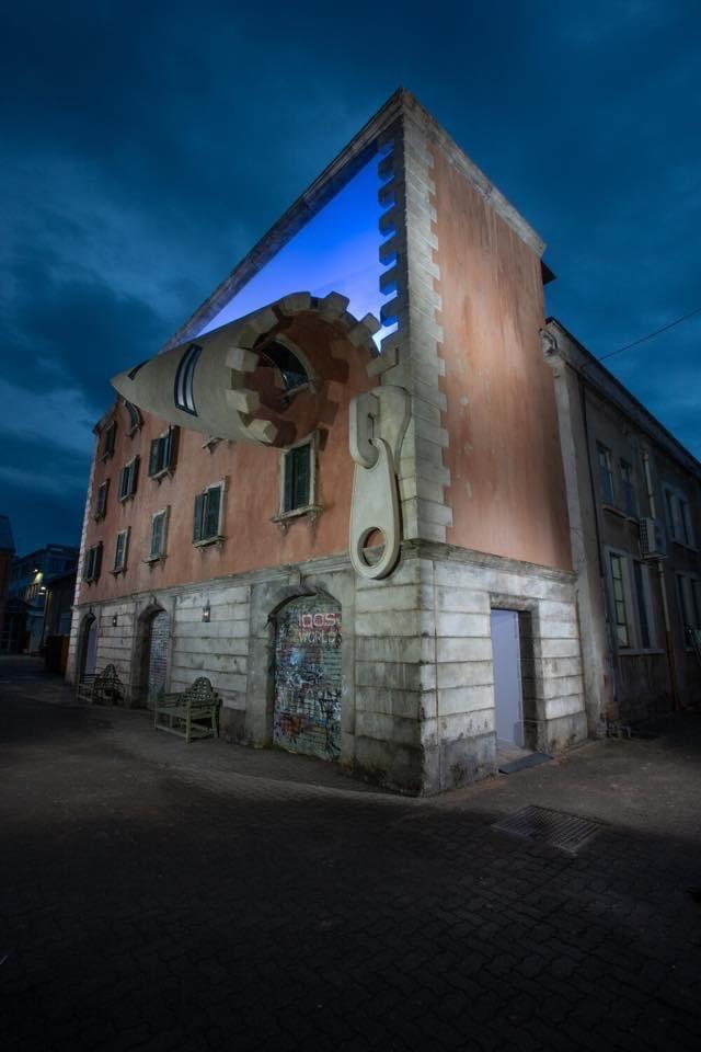Gran escultura urbana del artista británico Alex Chinneck en Milán.  ¡Buenas noches! Bona nit!   📷Marc Wilmot