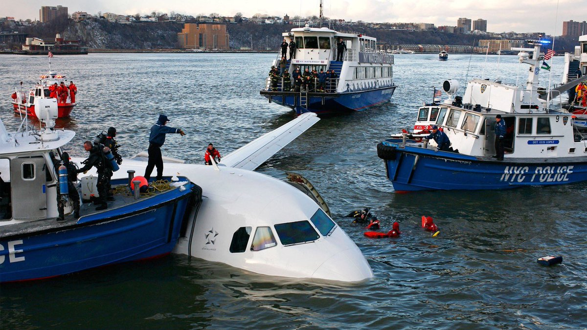 """THIS DAY IN #History, Jan 15, 2009: 🛬 A passenger jet is forced to make an emergency landing in the #HudsonRiver off Manhattan just minutes after take-off. All 155 passengers and crew survive and pilot """"Sully"""" Sullenberger is hailed as a hero. #MiracleOnTheHudson #aviation #OTD"""