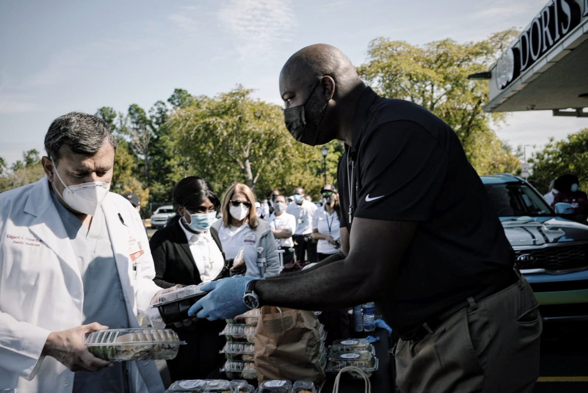 In partnership with @MiamiHEAT, WCK set up at Doris Ison Community Health Center today with 550 delicious meals from local restaurants for frontline healthcare heroes. Former NBA star @glenrice41 helped us & the Heat's mascot Burnie made an appearance! 🔥 #ChefsForAmerica