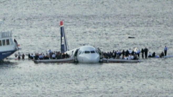 """15 de enero de 2009: sucede el llamado """"Milagro del Río Hudson"""".  Un #Airbus A320 de US Airways (vuelo 1549, hacía un aterrizaje de emergencia en el río luego de perder ambos motores por injesta de pájaros, luego de despegar en La Guardia.  #OTD     👉"""