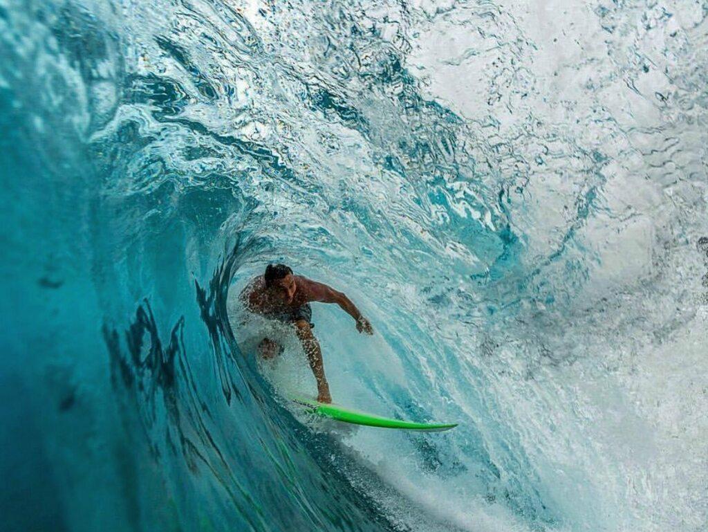 """""""Quem não tiver medo de ficar alegre e experimentar uma só vez sequer a alegria doida e profunda terá o melhor de nossa verdade."""" Clarice Lispector  . 😎❤️🇮🇩🏝🌊🏄🏽♂️🔥🤘🏽📸 . #tbt #surf #waves #ocean #sea #reef #wave #surfe #surferlife #surfphotography #s…"""