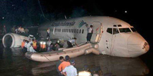 #OTD in 2002: Garuda Indonesia Flight 421, a B-737, ditches in a river in Java (Indonesia), 1 of 59 aboard dies. Jet had dual flameout after entering a thunderstorm. Showing extraordinary flying skills, crew was able to make a controlled ditching in the Solo river.