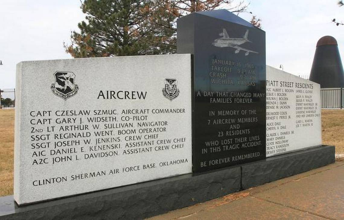 #OTD in 1965: a USAF KC-135 [57-1442] crashes in Wichita (Kansas, US), all 7 aboard and 23 on the ground die. Jet had control problems after T/O from McConnell AFB and rolled inverted attempting to return. Control issue was traced to a severe rudder system malfunction.