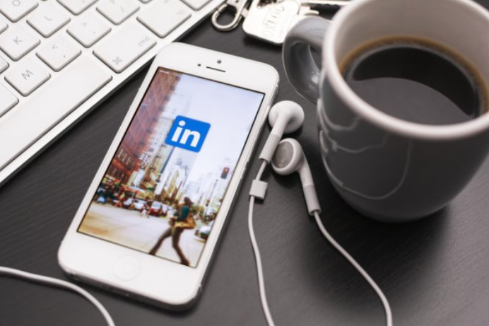 LinkedIn has published a new guide to help social media managers.  #linkedinmarketing #socialmediamarketing #socialmedia #marketing #business