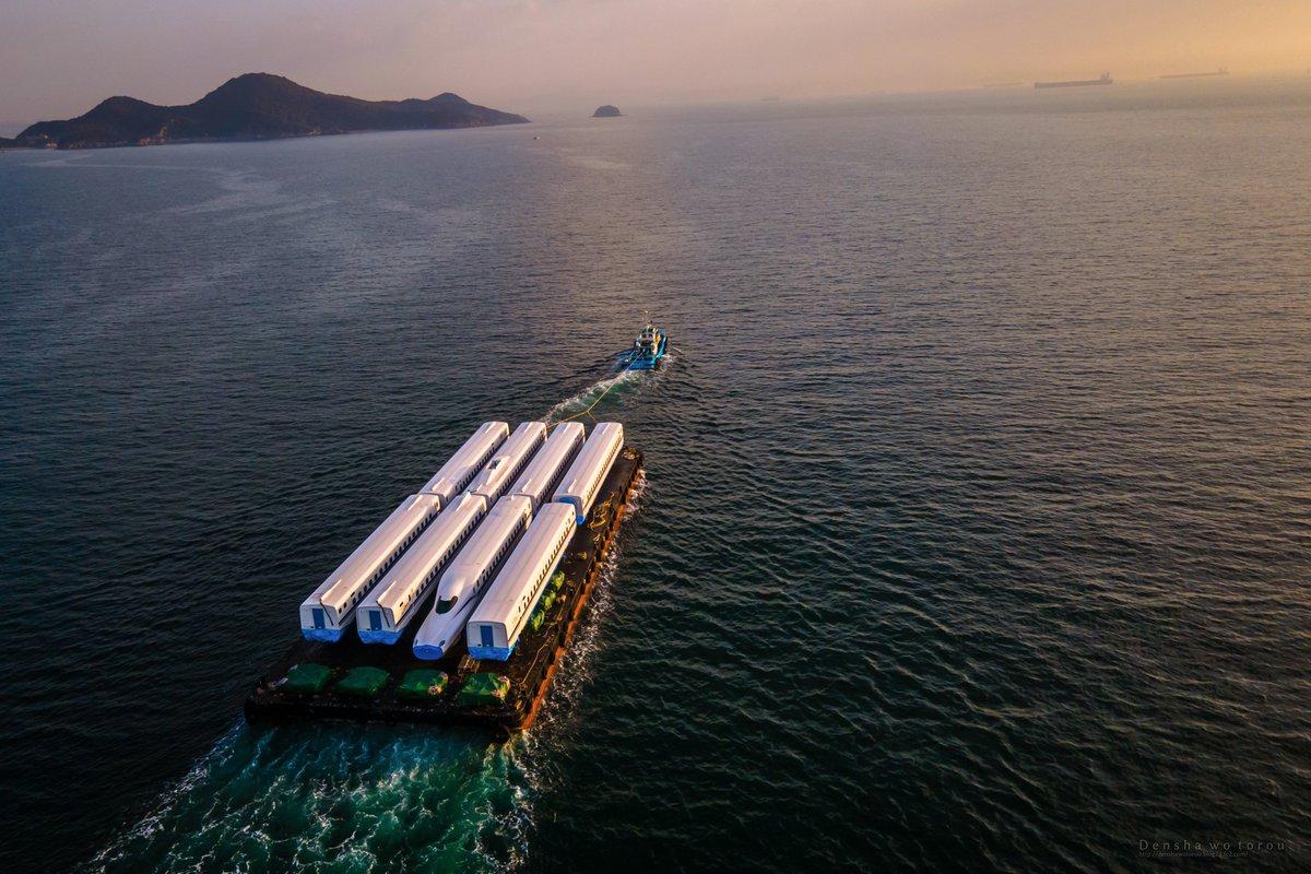 広島県の鞆の浦で夜明けを迎えた新幹線の輸送船。 大変な仕事だと思うが、こう言う光景を見ると船乗りに憧れる。