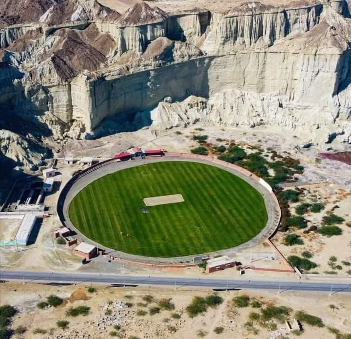 Gwadar Cricket Stadium Balochistan  Beautiful Pakistan 🇵🇰 Courtesy  👇 ©️ Palwa down the road #Gwadar #ExploreBalochistan #PAKvsSA #Karachi #HarHaalMainCricket #Cricket