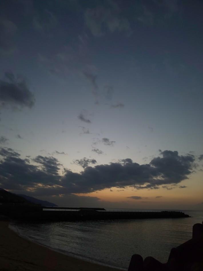 日没が過ぎて #mysky #sky #sorasuki #ソラモノ写真館 #sunset #茜雲 #あかね雲 #umi #sea #海 #水鏡 #reflection #月 #月夜