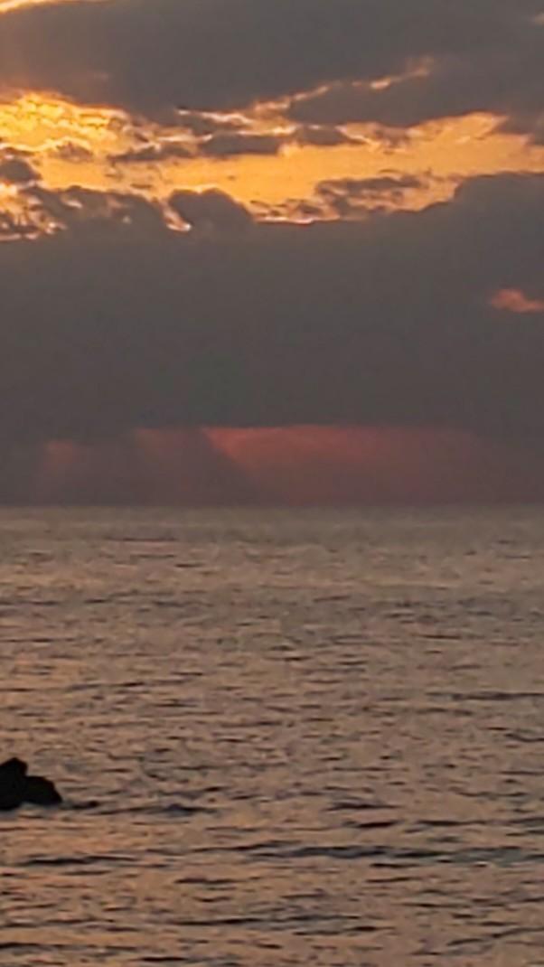 雲に消えた頃、東の空に月が昇って #mysky #sky #sorasuki #ソラモノ写真館 #sunset #茜雲 #あかね雲 #umi #sea #海 #水鏡 #reflection #薄明光線ノアル空 #月 #月夜 #朧月 #おぼろ月