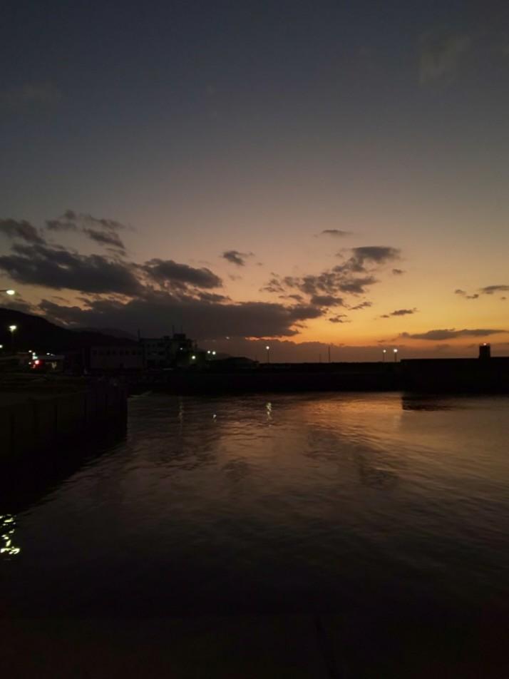 夕焼け #mysky #sky #sorasuki #ソラモノ写真館 #sunset #茜雲 #あかね雲 #umi #sea #海 #水鏡 #reflection #月 #月夜