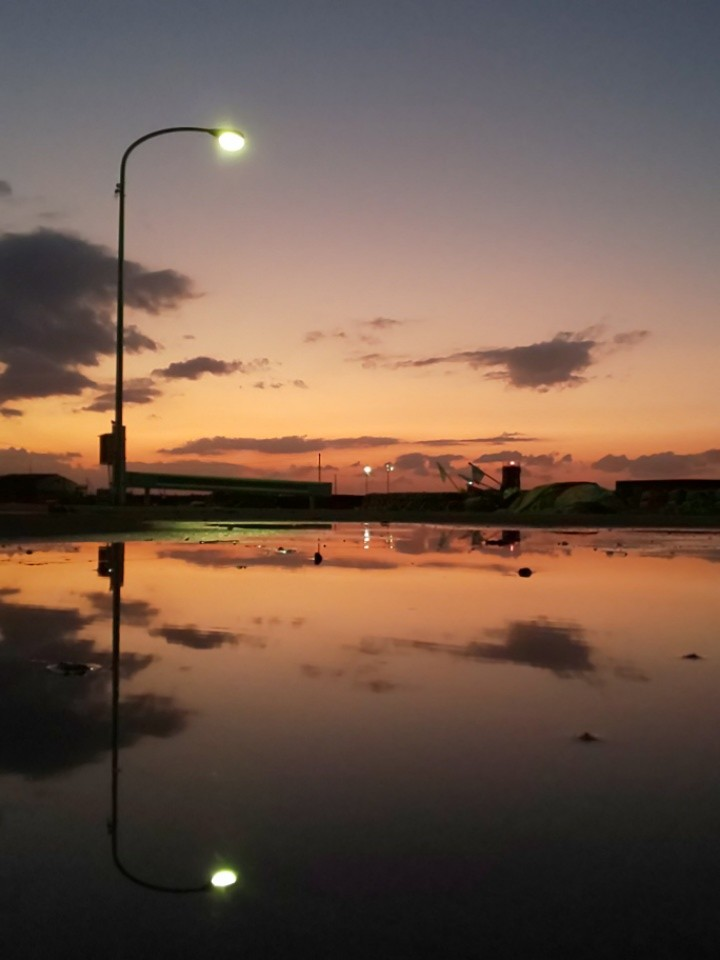 夕焼け2 #mysky #sky #sorasuki #ソラモノ写真館 #sunset #茜雲 #川 #川面 #水鏡 #reflection #水溜り #水面