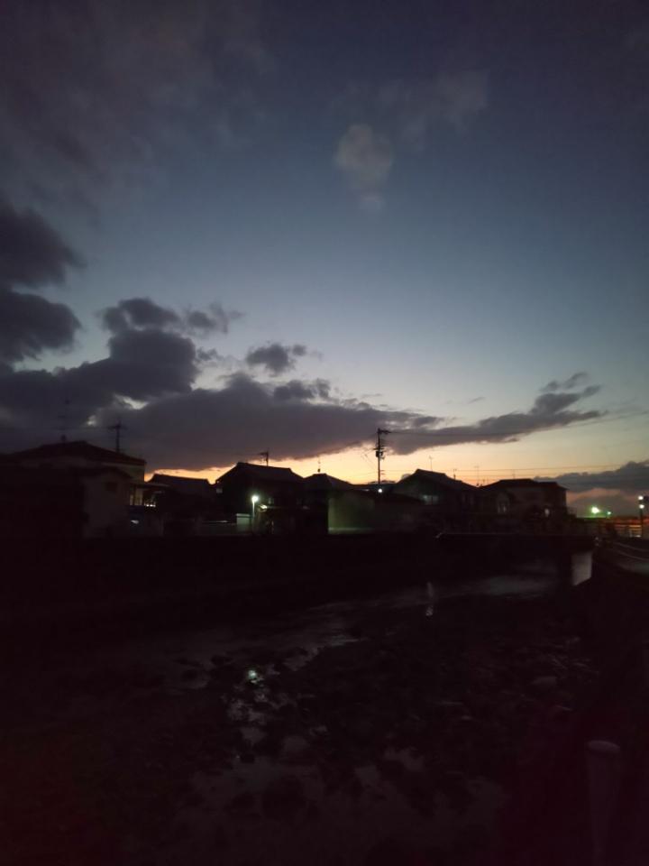 夕闇が迫る頃 #mysky #sky #sorasuki #ソラモノ写真館 #sunset #茜雲 #あかね雲 #川 #川面 #水鏡 #reflection #カーブミラー