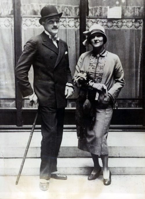 Actress Gloria Swanson wed her third husbandHenri, Marquis de la Falaise, in a quiet Paris wedding #OnThisDay in 1925. The couple had met on the set of the filmMadame Sans-Gêne. The couple were pictured with Swanson wearing a chic suit and cloche hat.#film #wedding #dress
