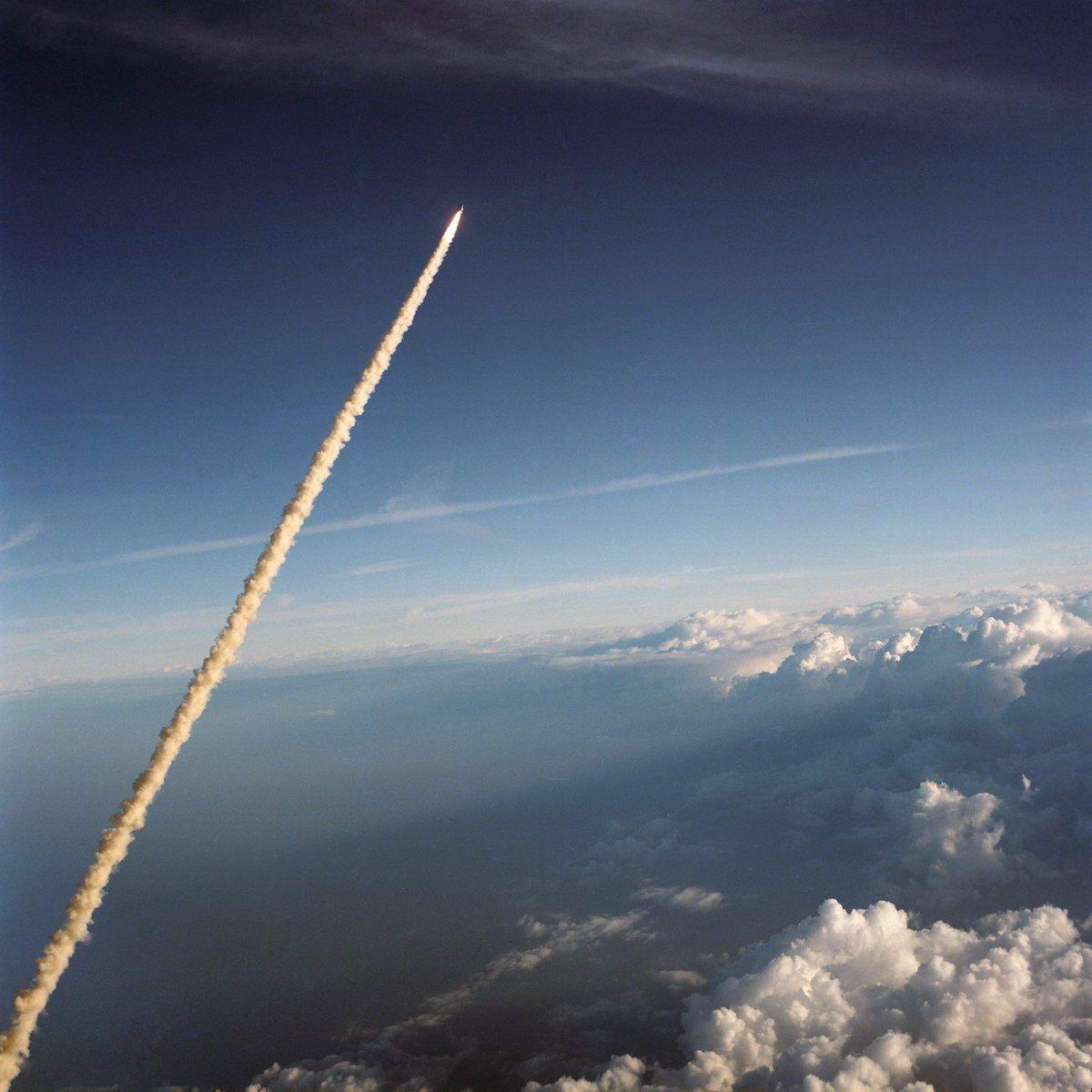Oggi, 35 anni fa, l'esplosione al decollo dello shuttle #Challenger, la tragica fine dell'età dell'innocenza dell'America reaganiana (cit. Ben Lerner) #NASA. Le parole del presidente alla nazione:  @RSInews