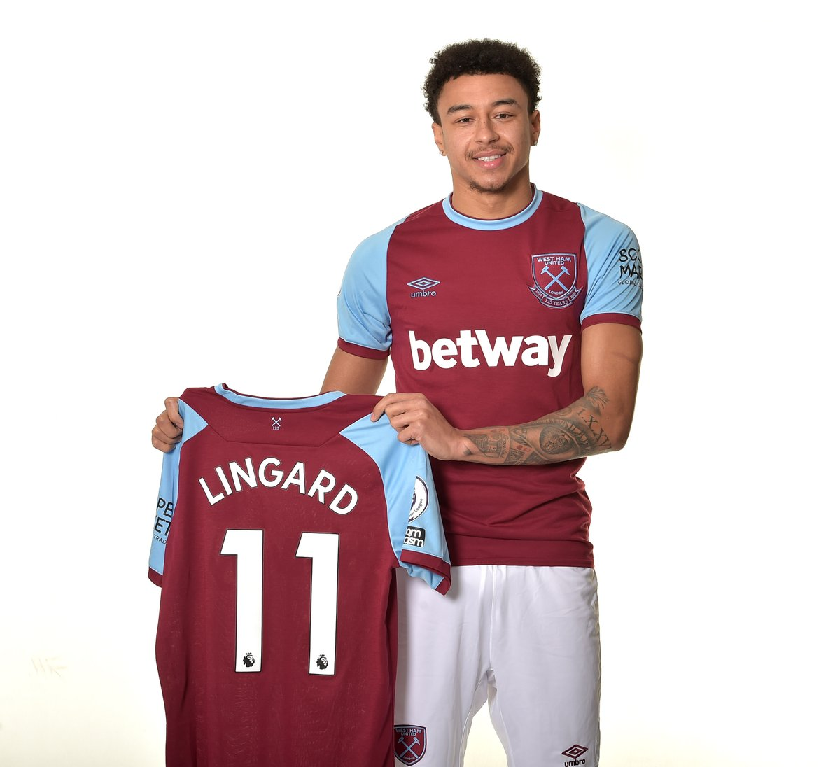 Who wants a signed @JesseLingard home shirt?! To be in with a chance:  ❤️ Like this tweet 🔃 RT ✍️ Tag a friend
