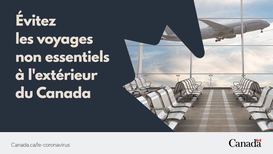 L'image montre un terminal d'avion vide. Au-dessus se trouve un message indiquant «Évitez les voyages non essentiels» à l'extérieur du Canada