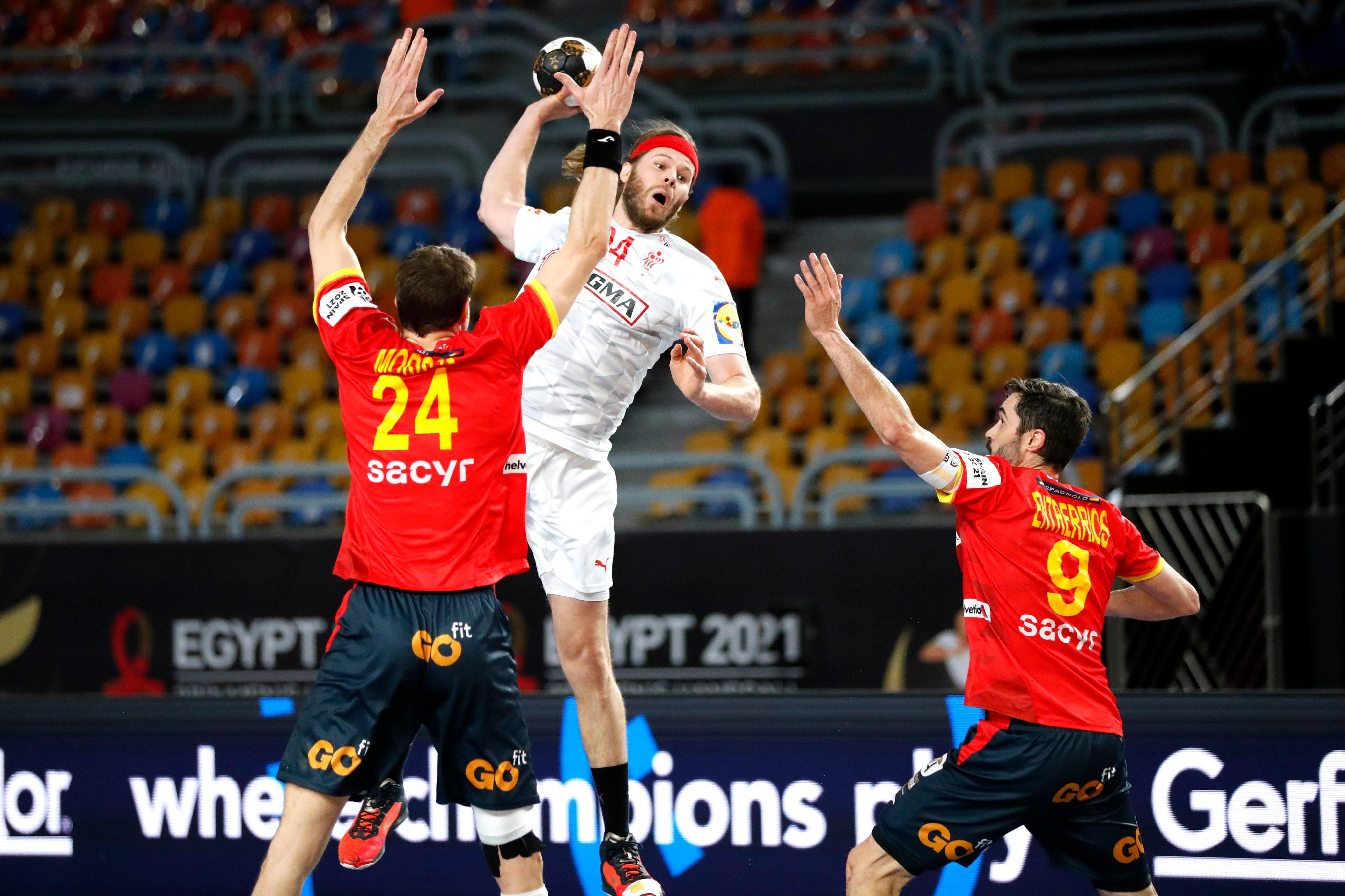 Mikkel Hansen arremessando em partida da Dinamarca contra a Espanha pelo Mundial de Handebol