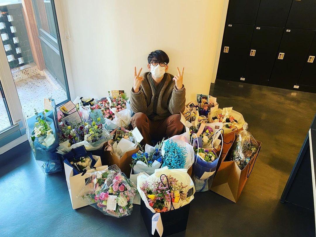 "210130 Jinyoung's Instagram Post   ""🌹 고마워요 🌹 Thank you 🌹 谢谢 🌹 ありがとう""     #Jinyoung #진영 #박진영 #GOT7 #갓세븐 @GOT7Official"
