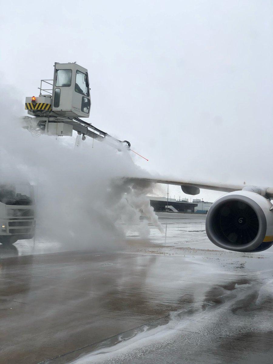 Vor dem Start gibt es noch eine kräftige Dusche ❄️☃️  A powerful shower before start of the plane ❄️☃️  #flugzeug #enteisung #eis #schnee #winter  #plane #deicing #ice #snow
