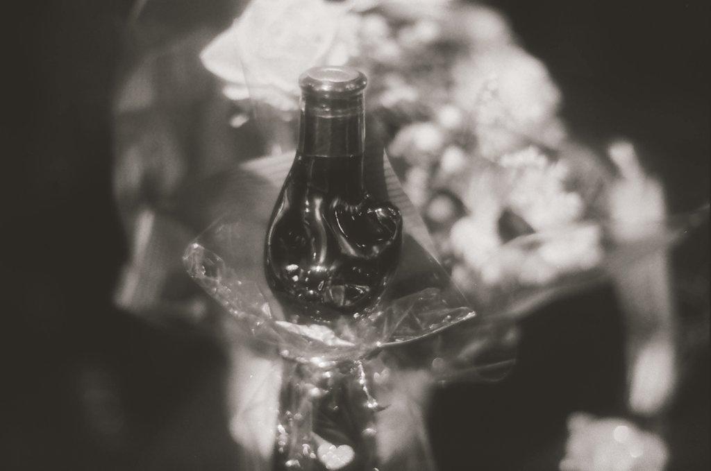 「花とグスタス猫ボトル」  flower and catbottle zeiss planar-T contax filmphotography  小室さんの個展 gallery幻様にて versionTwitter  #Квітка #zeiss #planarT #shootfilm #keepfilmalive #contax #monochrome #exhibition  #blackandwhite #filmphotography #film #グスタス #Фото