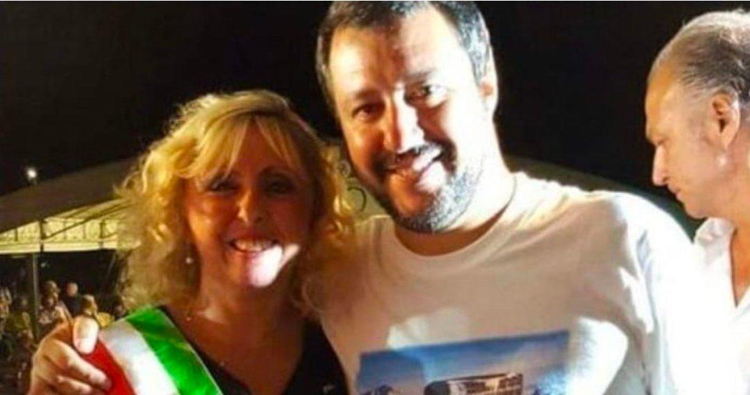 #SalviniPagliaccio vuole che spariscano tutte le foto e i #selfie con #MichelaRosetta, la Robin Hood al contrario che ruba ai poveri per dare ai ricchi. Che ne dite se #facciamorete e seppelliamo Twitter con questa foto? #LegaLadrona #Legaioli