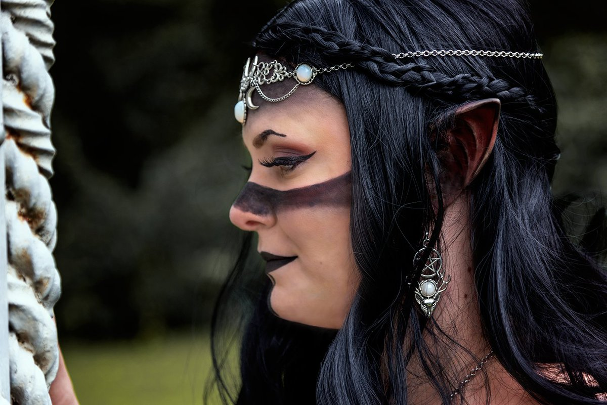 Photo und Bearbeitung:@tuxfotografie Schmuck: Model und Make Up:  #photoshooting#model#elves#dark#gothgirl#magic#makeup#fantasy#nature#cosplay#nerd#hamburg#ohlsdorferfriedhof