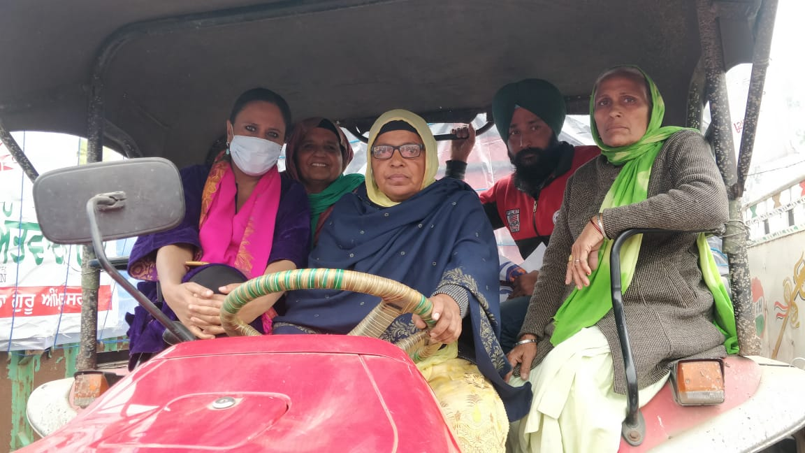 """""""I am a farmer who can drive a tractor, a motorcycle, swim through the freezing Sutlej and take a bullet if I have to"""" - she tells me at #FarmersProtests #MahilaKisanDiwas """"and the Chief Justice thinks I need protection from the cold!"""" - Ranjit Kaurs story today @themojostory"""