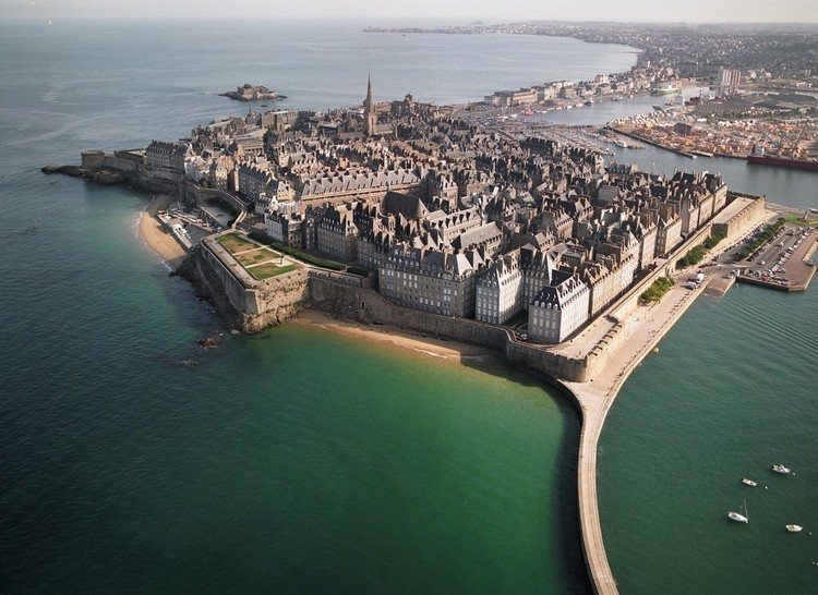 Also, on the subject of functioning walled cities I would nominate St Malo in Brittany   @TheRestHistory