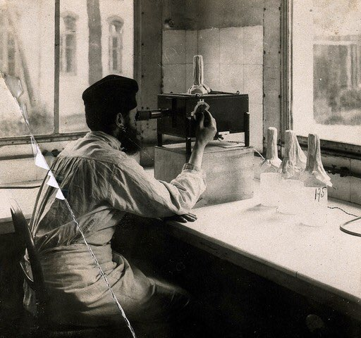 💉🇪🇺 #vaccine | I've spent some time checking out the wonderful @Europeanaeu database   Scientist controlling the titration of bacteria in the vaccine with an optical apparatus. Photograph, [ca. 1940] (Wellcome collection) https://t.co/xtcyLLQTlh