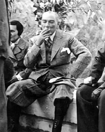 16 Kasım 1937. İsyancı Seyit Rıza'nın idamından sonraki gün Tunceli Pertek'te Singeç Köprüsü açılışında Atatürk'ün özellikle çekilmesini istediği fotoğraf.