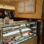 Image for the Tweet beginning: 「グランスタ東京」に、パリの老舗菓子店「アンジェリーナ」が期間限定でオープンしています。「モンブラン」は、パリ本店と同じマロンペーストが使われ、本店のレシピを基に作られています。シンプルかつ濃厚な味わいが、最高!  #アンジェリーナ #モンブラン#ごちそうちよだ