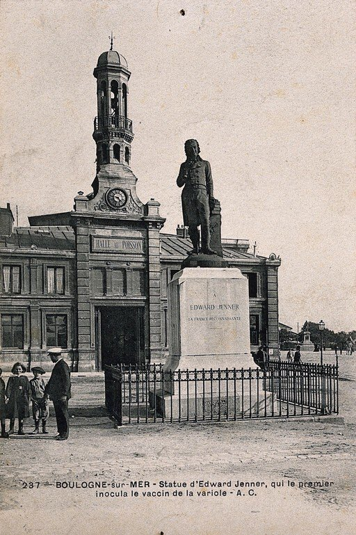 #vaccine | @Europeanaeu | collection Wellcome  Vaccine scientist Edward Jenner cemented as public hero at Boulogne-sur-Mer  «Statue of Edward Jenner in Boulogne-sur-Mer, in front of the halle au poisson; man and children next to it. Postcard, 1920/1940.» https://t.co/mf9plonKp7