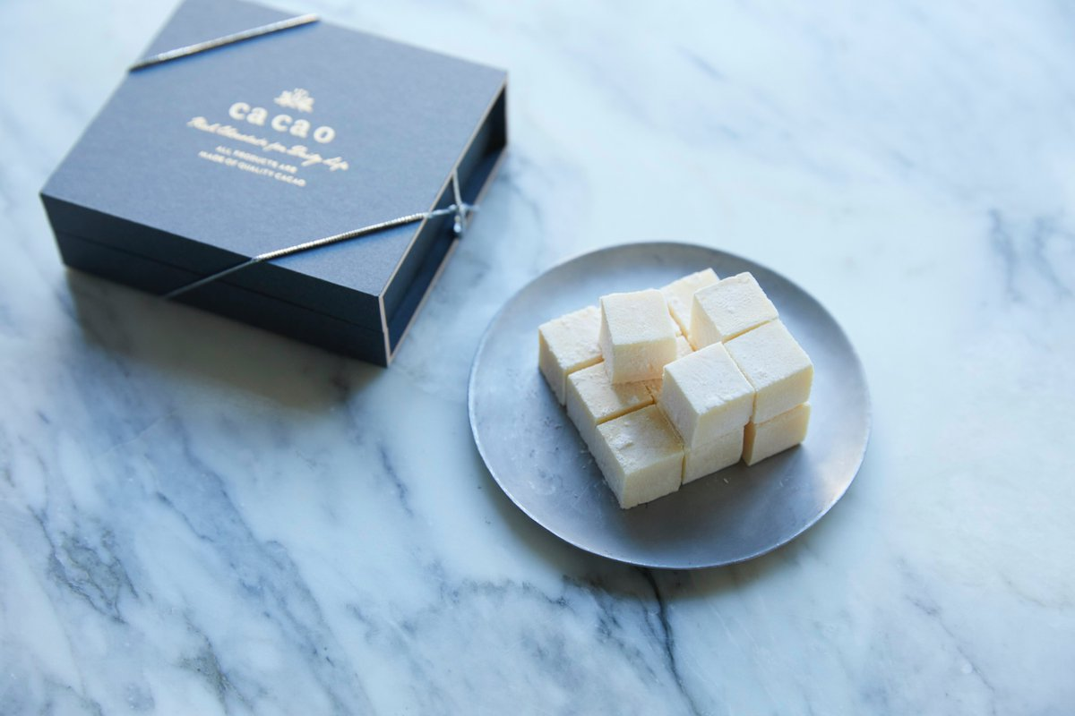 【FOOD】Luxurious gin-infused white chocolate by Dean & DeLuca tempts with its tasty allure.   English:  繁体字:   #MMN #Japan #chocolate #gin #japanesefood