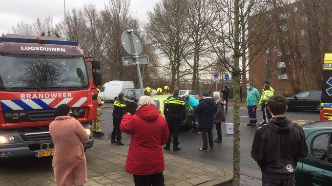 Ongeluk tussen twee personenwagens op de Erasmusweg richting de Lozerlaan is de weg afgesloten voor verkeer. https://t.co/REgDD9gjI8
