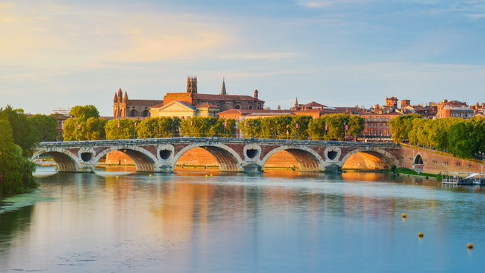 [Funny names] Contrary to its name, the Pont Neuf is #Toulouse oldest bridge over the Garonne! It replaces 2 old medieval bridges, one of which is still partly visible today... Can you spy it with your little eye? 👀  #visiteztoulouse #traveltuesday  © J. Hilfiger https://t.co/sU6EeuDooD