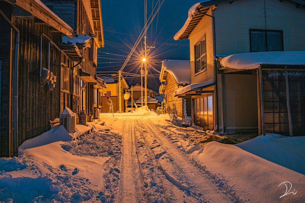 寒い雪の夜、交差点のオレンジの灯があったかくて綺麗だった。
