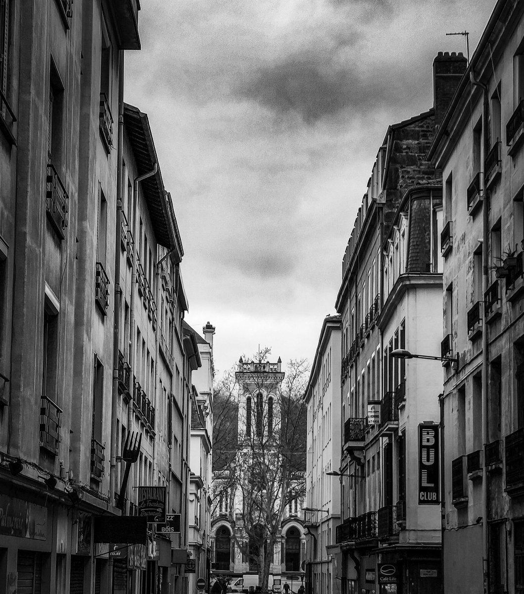 """Apercevoir la cathédrale Saint Charles"" .  #streetphotography #architecture  #saintetienne #bnw #photo #bnw_captures #photooftheday #photography #blackandwhite #blackandwhitephotography #Monochrome #art"