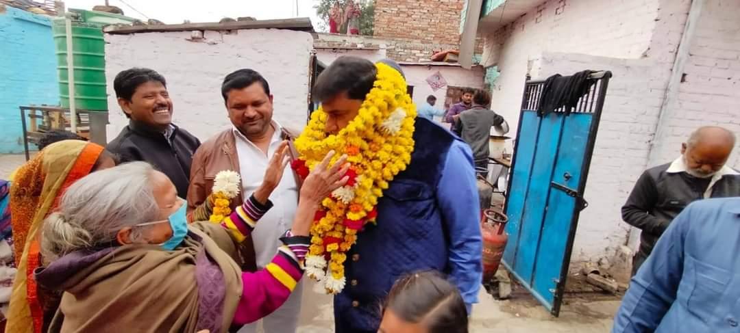 कानपुर- मकर संक्रांति पर्व के उपलक्ष्य में क्षेत्र में आयोजित खिचड़ी वितरण कार्यक्रम में मुख्य अतिथि के रूप में सम्मिलित होकर सभी स्थानीय जनों को खिचड़ी वितरित करने का अवसर मिला... #MakarSankranti2021