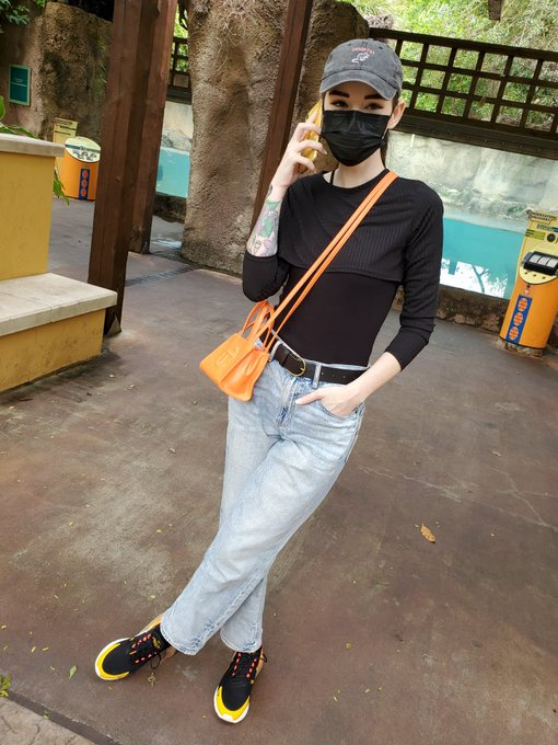 2 pic. I went to the zoo last week & was so excited to bring my little Telfar bag 😅🧡 https://t.co/XD