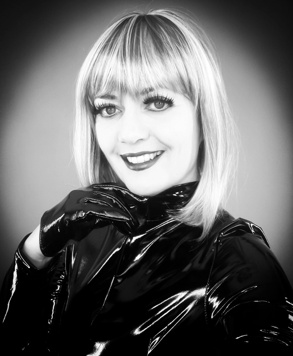 Happy Monday Everyone! Just taking a break from video editing and playing around with a silly selfie pose that I did whilst filming in front of green screen. 😀💜 #asmr #video #editing #selfie #pvc #blackpvc #pvcgloves #monday #mondayvibes