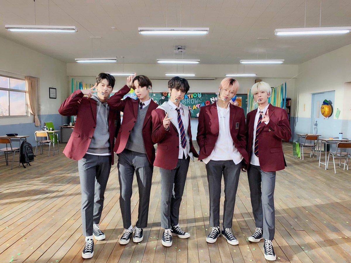 今年韓国では全員大人✨もう制服姿はパフォーマンスでしか見られない #TOMORROW_X_TOGETHER の #ある日頭からツノが生えた 卒業式パフォーマンス❣️あんな先輩がいたら制服のボタンは争奪戦まちがいない😭   #TXT  #第2ボタンはMOAの💙 #CROWN #STILL_DREAMING  #CDTV
