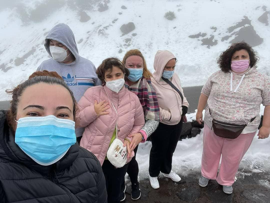 ¿Ya has podido disfrutar de la nieve?❄️☃️ En nuestro Centro de Día no se lo han pensado dos veces, se han puesto el abrigo, y han disfrutado de un día muy especial🤩 ¡El frío también se disfruta!💙 #TEA #autismo #Tenerife #Canarias