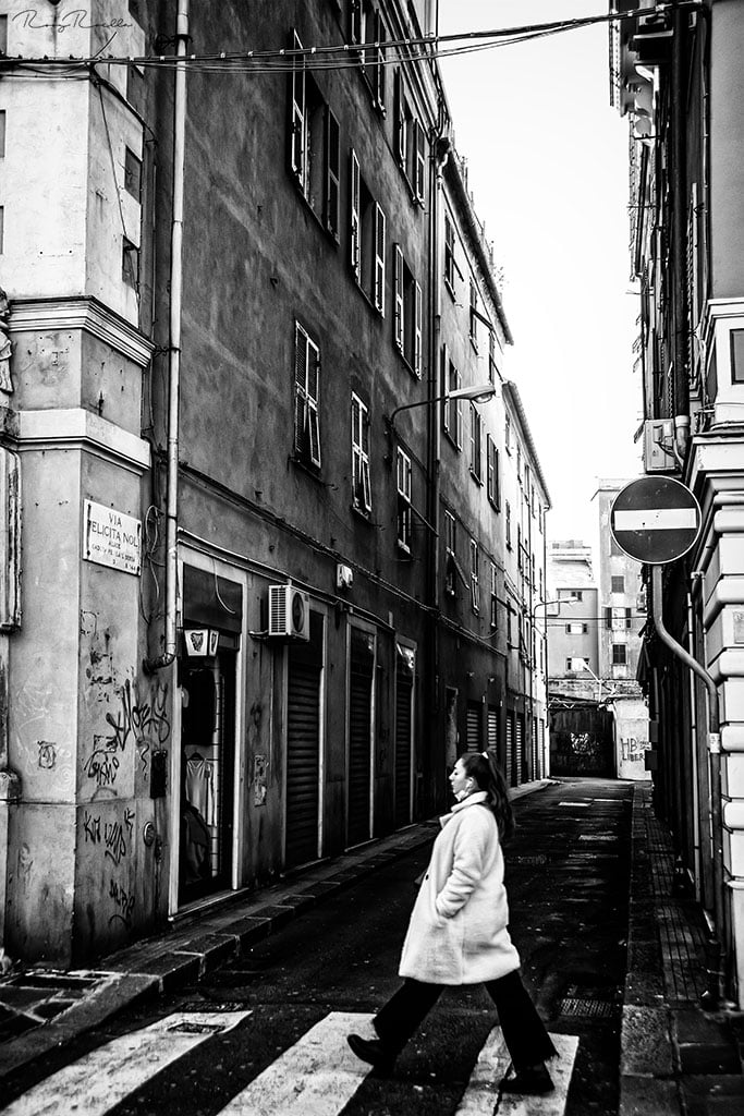Covid time ....© roby roella ... #genova #italy #love #bn #italia #liguria #photography #photooftheday #picoftheday #genovamorethanthis #genoa #beautiful #art #photo #followme #instalike #bestshoot #covid #passeggiare #walking # #style #follow #sampierdarena #bw