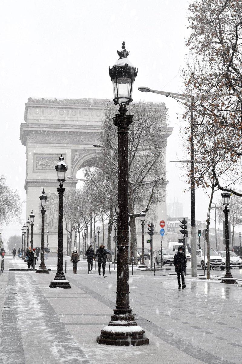 The Triumphal Arch of Paris and the Avenue des Champs-Elysées, under the snow 🌨❄️  #Paris #streetphotography #travel #ChampsElysees #arcdetriomphe #Snowing #parissouslaneige #neige #blackandwhitephotography #NosDren