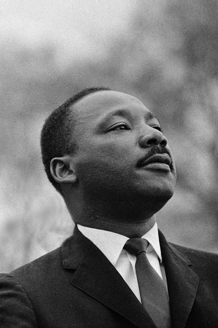 """""""O que mais preocupa não é o grito dos corruptos, dos violentos, dos desonestos, dos sem caráter. O que mais preocupa é o silêncio dos bons"""". — Martin Luther King Jr  Hoje, nos Estados Unidos, se comemora o Dia de Martin Luther King Jr., #MLKDay2021 https://t.co/IjKNwryofE"""
