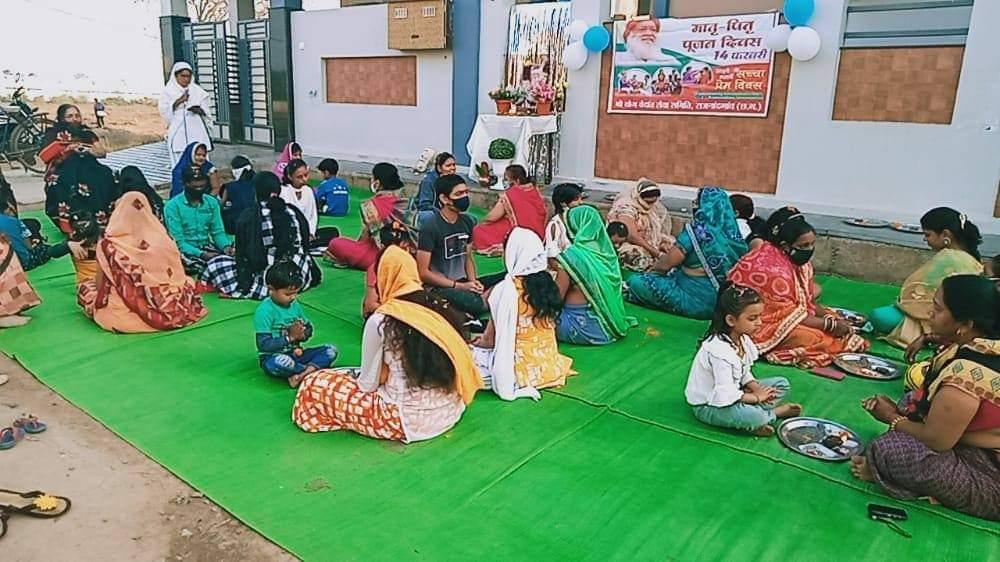 पूज्य संत श्री आशारामजी बापू की पावन सत्प्रेरणा से बाल संस्कार केंद्र राजनांदगांव (छ. ग) के सेवाधारियों द्वारा विजय शांति कालोनी कंचन बाग राजनांदगांव में मातृ-पितृ पूजन कार्यक्रम किया गया ।