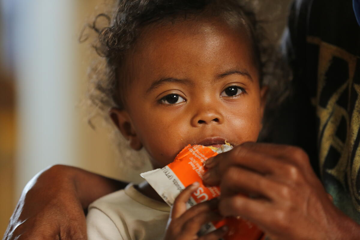 In #Madagascar, WFP supports the treatment of Moderate Acute #Malnutrition for 43,000 children under five years of age in 4 districts among the most affected through:  🥜 supplementary feeding  👩🏫nutrition counselling  👨🍳cooking demonstrations for caretakers