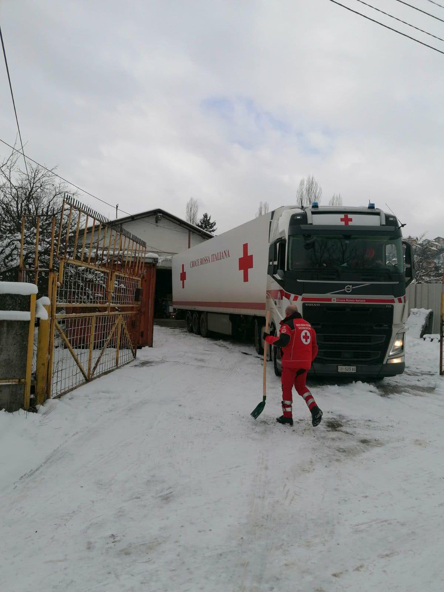 Blankets, warm clothes, water for more than 3000 people brought by @crocerossa convoy in #BosniaHerzegovina to support #migrants stranded in unacceptable humanitarian conditions. We @ifrc will not leave alone migrants and we will continue supporting our @RedCrossBH local teams